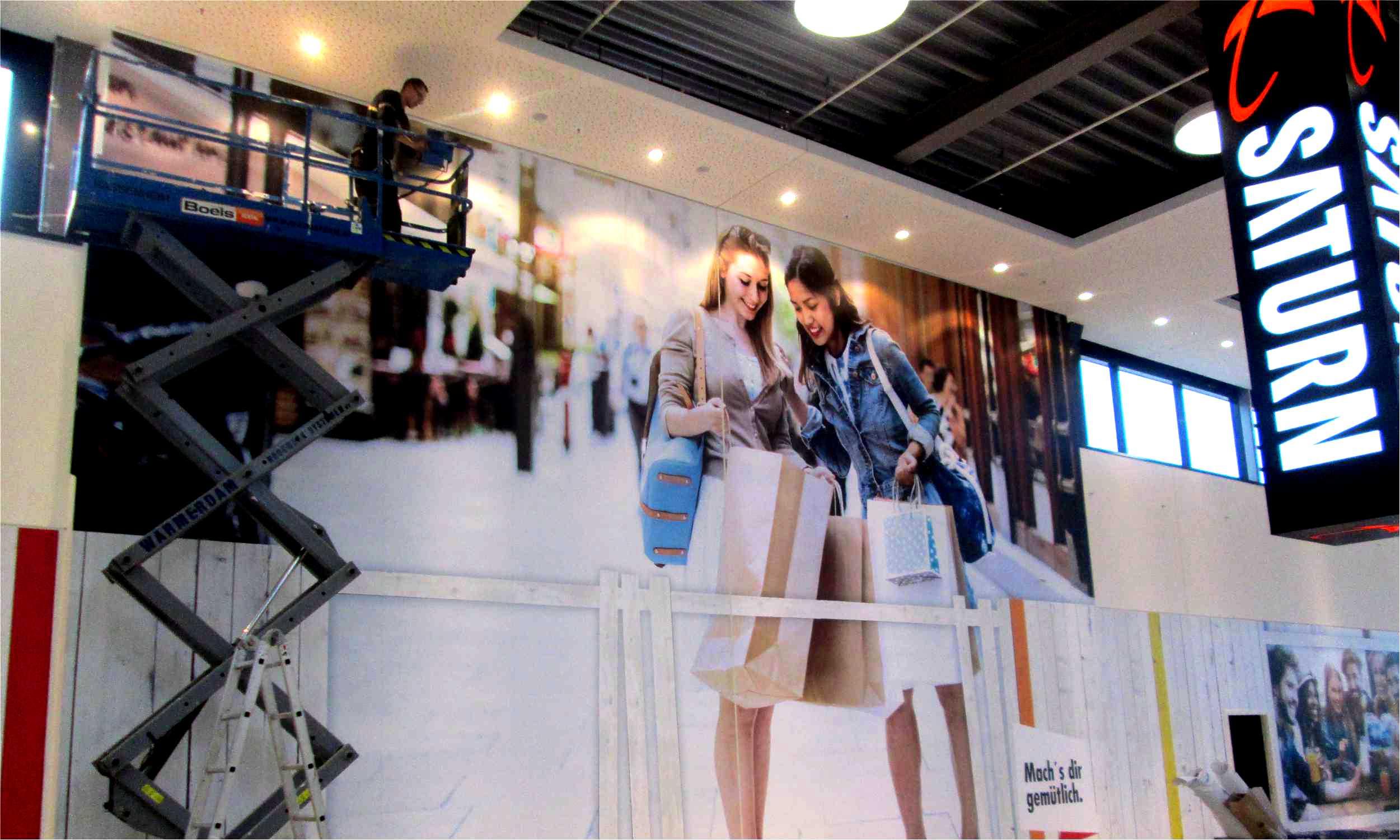 Großflächiger Digitaldruck mit Folienverklebung im Einkaufszentrum